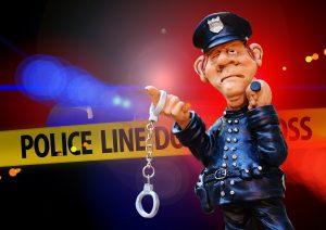 שוטר עם אזיקים