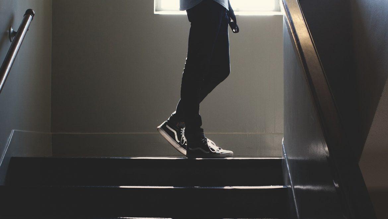 האם אפשר לתקן טיח שנפל בקיר העליון בכניסה לחדר מדרגות?